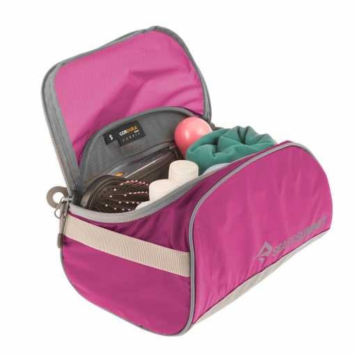 ATLTCSBE TravellingLightToiletryCell Small Berry 01
